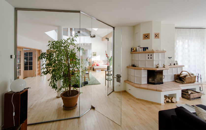 Raumteiler mit Glastüren nach Maß als Glastrennwand