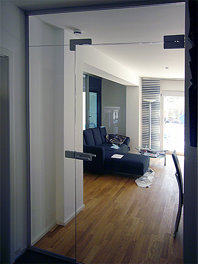Glas-Raumteiler für Flure und Eingangsbereiche; Windfang mit Glastüren