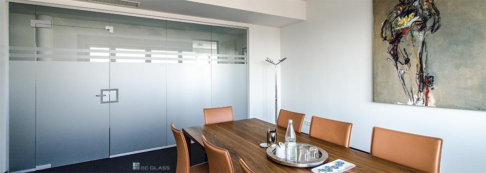 Bürotrennwände aus Glas kaufen, Konfigurator online bestellen. Raumteiler fürs Büro mit Türen und Schiebetüren.